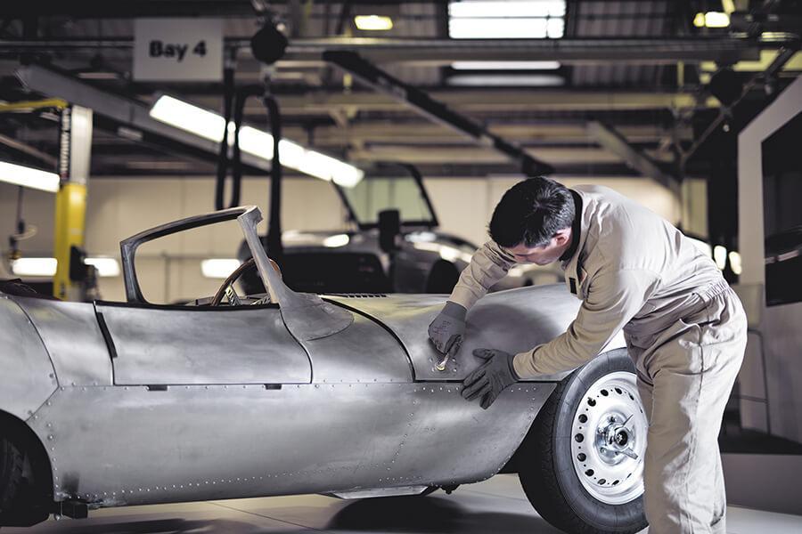 FEVA inicia una campaña de promoción de los oficios ligados a la restauración de vehículos en centros de Formación Profesional
