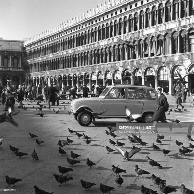 renault-4l-car-surrounded-by-pigeons-par