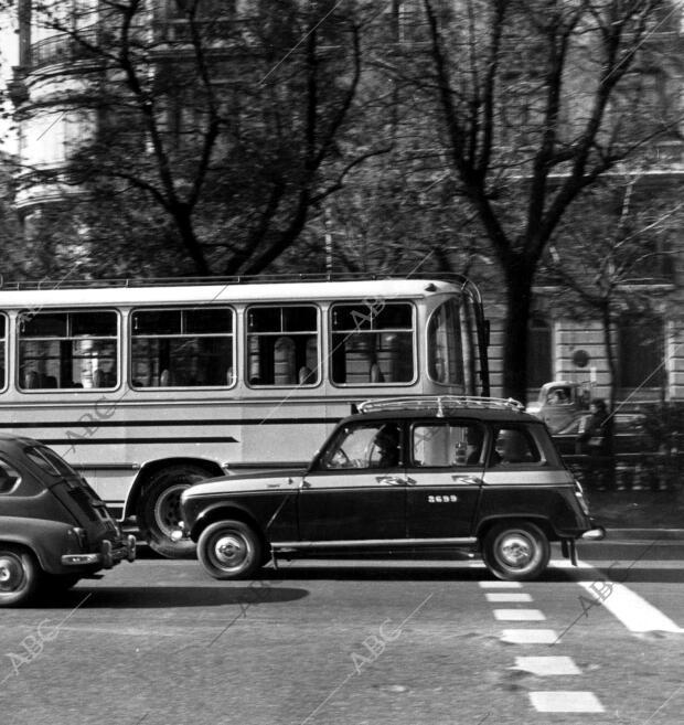 Microtaxi (Renault 7) Circulando por las Calles de Madrid ...