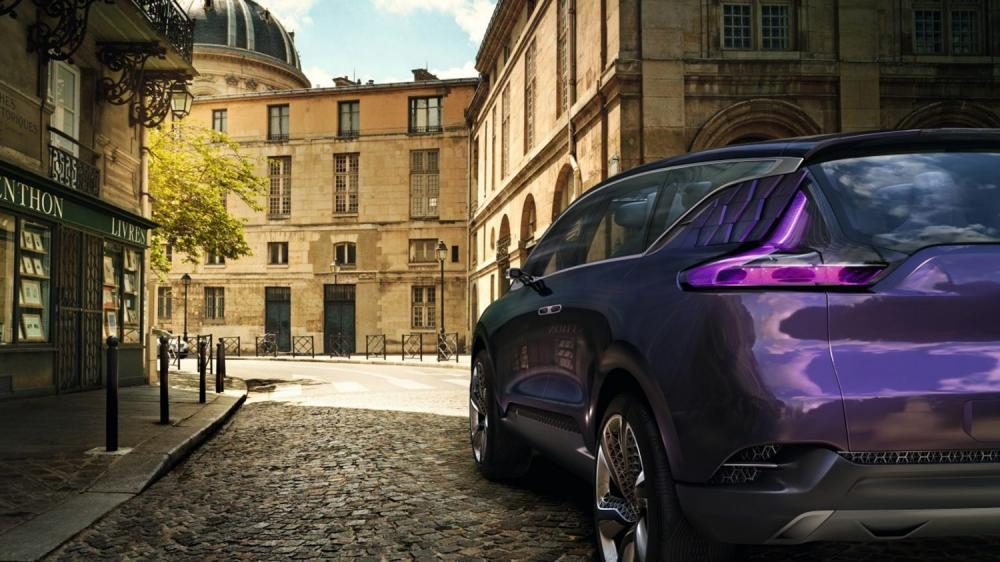 Renault INITIALE PARIS Concept - vue 3/4 arrière sur rue pavé
