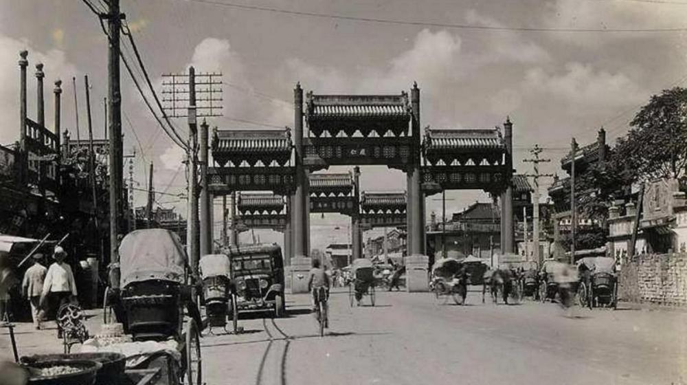 1920 Dongsi Pailou.png