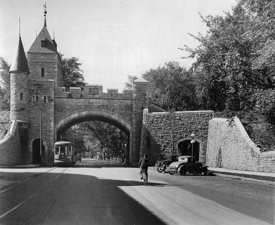 1920 Saint-Louis gate, Quebec, Canada.png