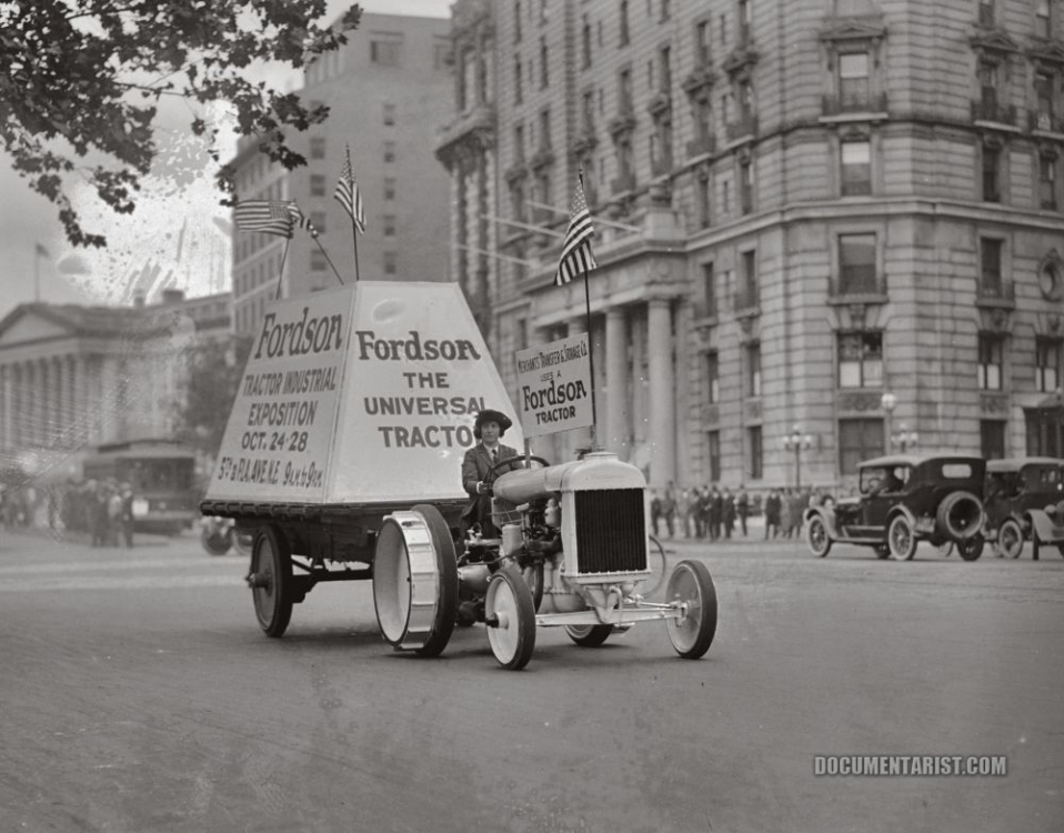 1922 fordson_tractor_in_parade..png