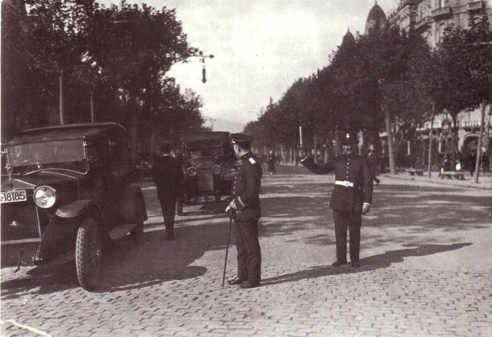 1930s Pso de Gracia, controlado por Guardia Urbana (Barcelona).png