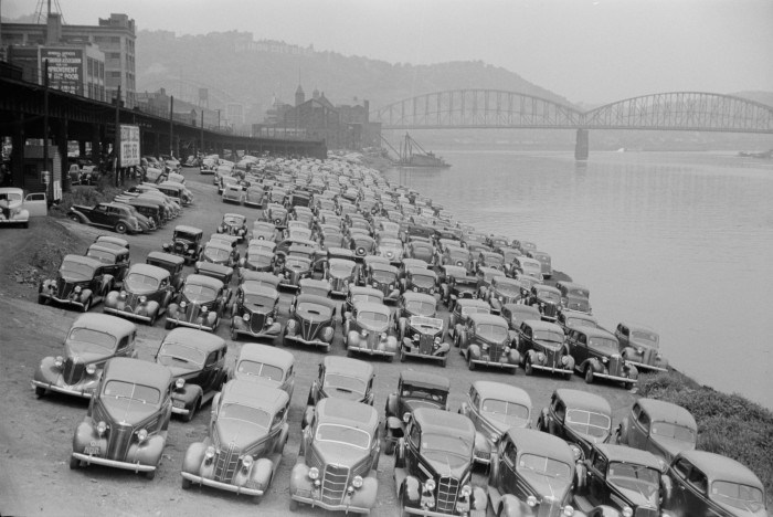 1938 Pittsburgh, Pennsylvania (Arthur Rothstein photo of cars parked by the Allegheny River).png