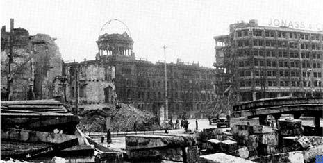 1945_ruine_polizeipraesidium_und_alexanderhaus_alexanderplatz.jpg