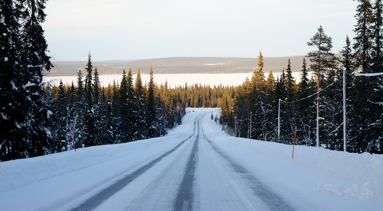 Carretera-invierno-Laponia-nieve-hielo_VisitFinland.jpg